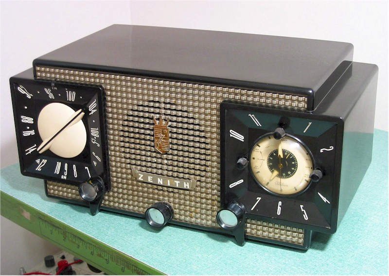 Zenith R-733 AM/FM Clock Radio (1951)