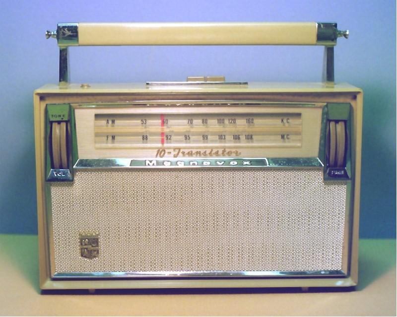 Magnavox FM-90 AM-FM Transistor Portable (1961)