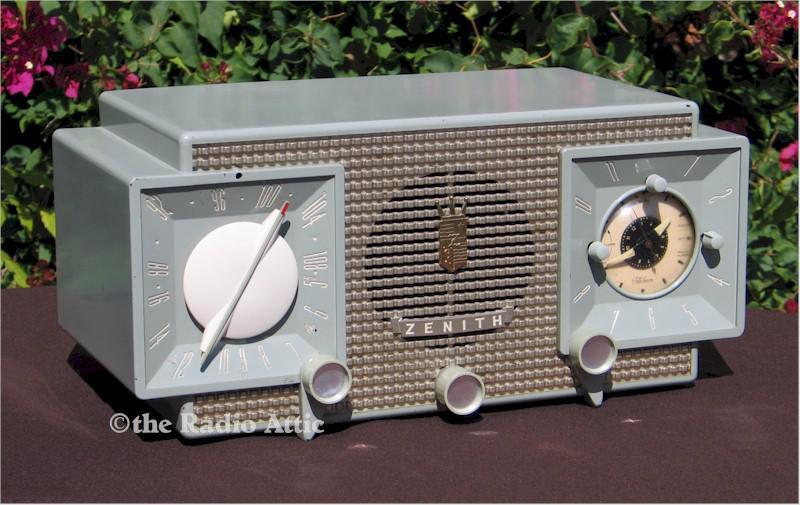 Zenith R733 AM/FM Clock Radio (1952)