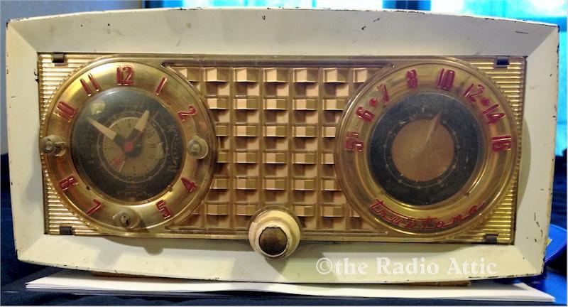 Truetone D-2420A Clock Radio (1954)